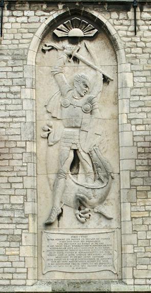 Oorlogsmonument aan de Westgevel van het stadhuis op de Markt. Foto: Hans Suijs