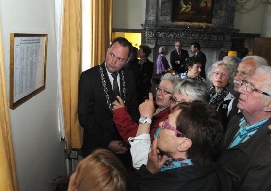 """Familieleden van Roel IJsselstein (zie """"Bijzondere Slachtoffers"""") bestuderen de lijst. Foto: Marianka Peters"""