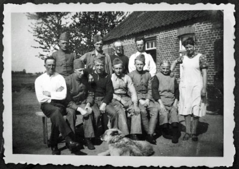 Dries Steenbeek tijdens mobilisatie op een boerderij in Neerkant (NB). Hij is op de voorste rij de 3e persoon van links met zijn arm op zijn maatje Konings.