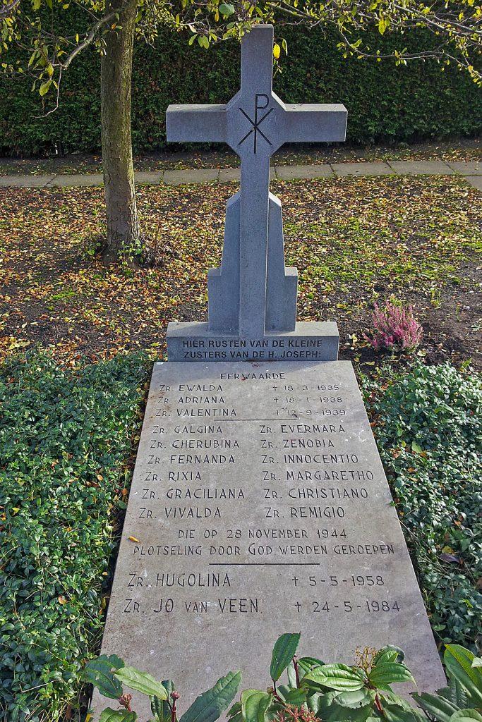 Grafsteen op de rooms-katholieke begraafplaats aan de Graaf Florisweg. Op de steen is foutief 28 november 1944 vermeld. Foto Nico J. Boerboom.